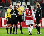 24-11-2007: Voetbal:AZ-WILLEM II: ALKMAAR<br /> Scheidsrechter Braamhaar krijgt de ongenoegens te horen van Nuelson Wau, terwijl Musampa en Demouge toekijken<br /> Foto: Geert van Erven