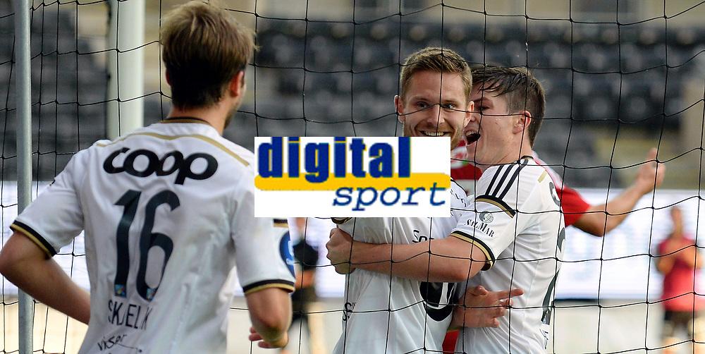 Fotball 3 kvalifiseringsrunde til Europa League<br /> Rosenborg - Debrecen<br /> 6  august 2015<br /> Lerkendal Stadion, Trondheim<br /> <br /> <br /> <br /> Matthias Vilhjalmsson (midten) har scoret 3-1 for Rosenborg og jubler sammen med Pål Andre Helland (H) og Jørgen Skjelvik (V)<br /> <br /> <br /> <br /> Foto : Arve Johnsen, Digitalsport