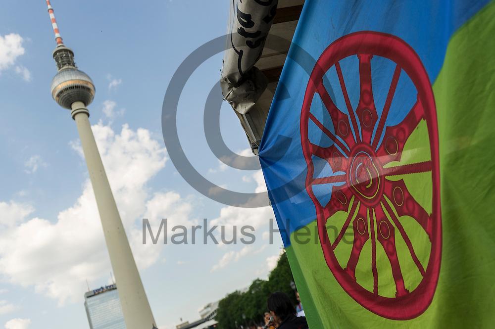 Eine Romflagge ist w&auml;hrend der Roma Demonstration am 03.06.2016 in Berlin, Deutschland mit dem Fernsehturm im Hintergrund zu sehen. Ca 150 Roma und Aktivisten demonstrierten f&uuml;r ein Bleiberecht f&uuml;r alle Sinti und Roma. Foto: Markus Heine / heineimaging<br /> <br /> ------------------------------<br /> <br /> Ver&ouml;ffentlichung nur mit Fotografennennung, sowie gegen Honorar und Belegexemplar.<br /> <br /> Bankverbindung:<br /> IBAN: DE65660908000004437497<br /> BIC CODE: GENODE61BBB<br /> Badische Beamten Bank Karlsruhe<br /> <br /> USt-IdNr: DE291853306<br /> <br /> Please note:<br /> All rights reserved! Don't publish without copyright!<br /> <br /> Stand: 06.2016<br /> <br /> ------------------------------w&auml;hrend der Roma Demonstration am 03.06.2016 in Berlin, Deutschland. Ca 150 Roma und Aktivisten demonstrierten f&uuml;r ein Bleiberecht f&uuml;r alle Sinti und Roma. Foto: Markus Heine / heineimaging<br /> <br /> ------------------------------<br /> <br /> Ver&ouml;ffentlichung nur mit Fotografennennung, sowie gegen Honorar und Belegexemplar.<br /> <br /> Bankverbindung:<br /> IBAN: DE65660908000004437497<br /> BIC CODE: GENODE61BBB<br /> Badische Beamten Bank Karlsruhe<br /> <br /> USt-IdNr: DE291853306<br /> <br /> Please note:<br /> All rights reserved! Don't publish without copyright!<br /> <br /> Stand: 06.2016<br /> <br /> ------------------------------