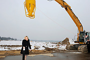 Start bouw nieuw Militaire Luchtvaartmuseum in Soesterberg Op het noordelijke gedeelte van de voormalige vliegbasis Soesterberg <br /> <br /> Op de foto:  minister van Defensie Jeanine Hennis-Plasschaert minister van Defensie Jeanine Hennis-Plasschaert geeft een start voor de bouw