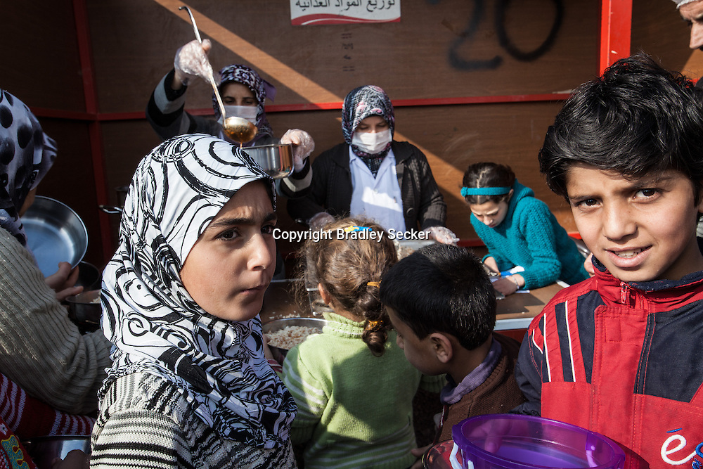 Syrian refugees in Turkey's Islahiye camp wait for food distributed by the Turkish Red Crescent. 02/01/2013
