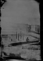 Una stampa su vetro della frontiera. Ambrotipia.<br /> A tintype of the border.