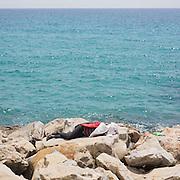 Migranti accampati sugli scogli di Ventimiglia al confine con la Francia. Ventimiglia, 16 giugno 2015. Guido Montani / OneShot<br /> <br /> Migrants displaced on the rocks close to the France-Italy boarder in Ventimiglia. Ventimiglia, 16 june 2015. Guido Montani / OneShot