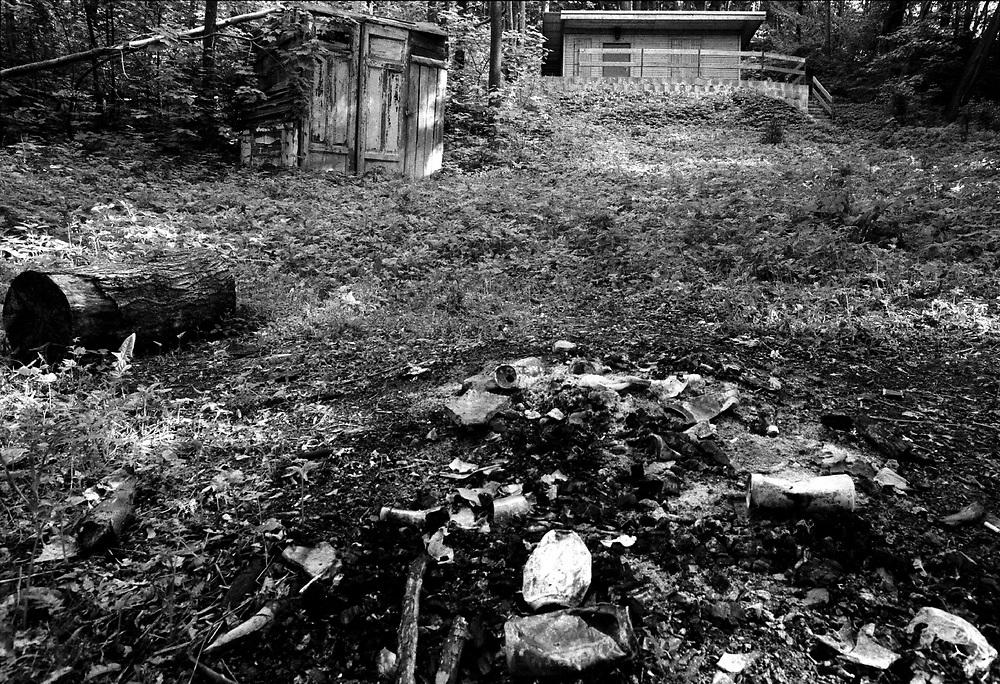 MORDFALL SANDRO  BEYER -  SONDERSHAUSEN<br />Der Junge Sandro wurde im Mai 1993 tot im Wald aufgefunden - als T&auml;ter wurden drei junge M&auml;nner,<br />darunter der Hauptt&auml;ter Ronald M&ouml;bus verhaftet...<br />HIER: Die Datsche vom Vater des M&ouml;rders Hendrik M&ouml;bus mitten im Wald: Hier in der N&auml;he  wurde Sandro umgebracht. Einen Tag sp&auml;ter grillten die T&auml;ter vor<br />der H&uuml;tte...<br />13.05.1993<br /><br /><br /><br />&copy;  christian  JUNGEBLODT.