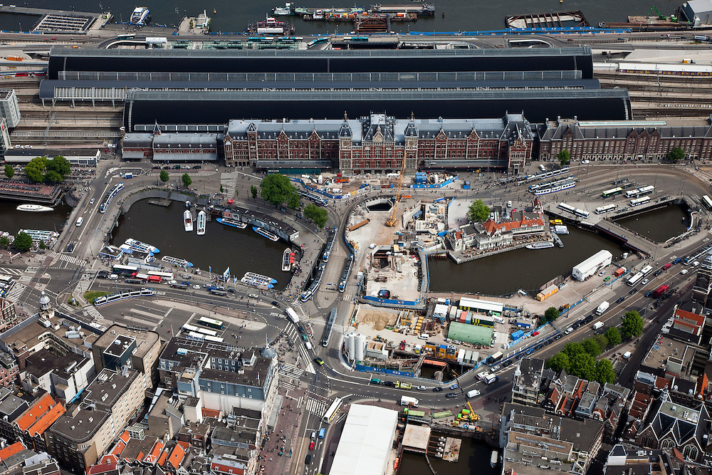 Nederland, Amsterdam, Centrum, 25-05-2010. Stationseiland met Centraal Station en Stationsplein. Voor het station bouwput en en startschacht van de Noord/Zuidlijn. Damrak..Station Island with Central Station and station square. In front of the railway station, construction site and the launching shaft of the North / South line. Damrak..luchtfoto (toeslag), aerial photo (additional fee required).foto/photo Siebe Swart