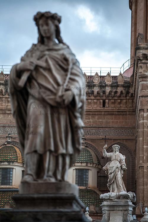 Cattedrale di Palermo: statua in marmo di Santa Rosalia.