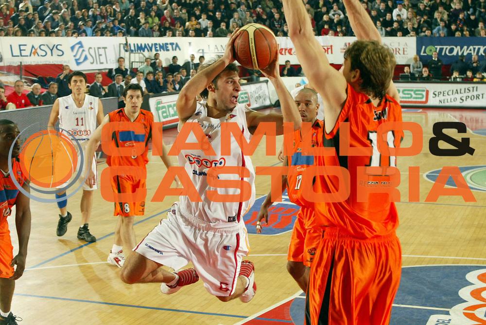 DESCRIZIONE : ROMA CAMPIONATO LEGA A1 2004-2005<br />GIOCATORE : GIACHETTI<br />SQUADRA : VIRTUS LOTTOMATICA ROMA<br />EVENTO : CAMPIONATO LEGA A1 2004-2005<br />GARA : LOTTOMATICA ROMA-VIOLA REGGIO CALABRIA<br />DATA : 02/01/2005<br />CATEGORIA : Tiro<br />SPORT : Pallacanestro<br />AUTORE : Agenzia Ciamillo-Castoria