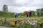 In Zevenaar, een plaats in de streek De Liemers in het oosten van Nederland, kijken mensen naar een hardloopwedstrijd op de dijk.<br /> <br /> In Zevenaar, a place in the region the Liemers in the east of the Netherlands, people look at a race on the dike.