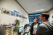 In de D:Dreamhall in Delft maken de atleten (links Thijmen, rechts Kees) kennis met het team. In september wil het Human Power Team Delft en Amsterdam, dat bestaat uit studenten van de TU Delft en de VU Amsterdam, tijdens de World Human Powered Speed Challenge in Nevada een poging doen het wereldrecord snelfietsen voor tandems te verbreken met de VeloX XT, een gestroomlijnde ligfiets. Het record staat sinds 2019 op 120,26 km/u<br /> <br /> In Delft he athletes meet the team for the first time. With the VeloX XT, a special recumbent bike, the Human Power Team Delft and Amsterdam, consisting of students of the TU Delft and the VU Amsterdam, also wants to set a new tandem world record cycling in September at the World Human Powered Speed Challenge in Nevada. The current speed record is 120,26 km/h, set in 2019.
