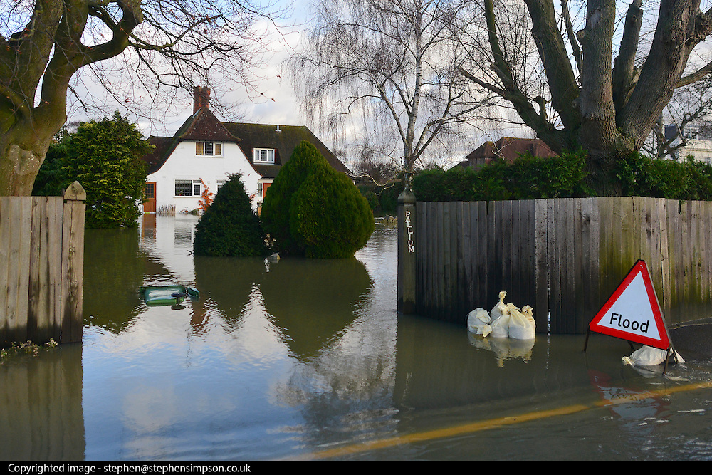 © Licensed to London News Pictures. 09/01/2014. Marlow, UK. Properties along the river have flooded. Rising river levels in the River Thames at Marlow in Buckinghamshire have led to flooding and property damage along the river today 9th January 2014. Large areas of Britain are experiencing flooding after wet weather. Photo credit : Stephen Simpson/LNP