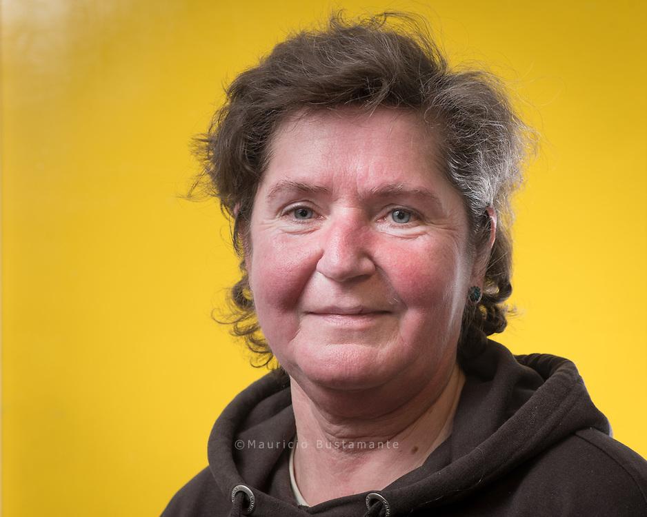 """Geboren und aufgewachsen<br /> ist Janina in Polen. Da ihre Eltern<br /> dort zur deutschen Minderheit<br /> gehörten, gab es immer<br /> eine Verbindung zu Deutschland. <br /> """"Ich liebe die Ruhe""""<br /> Janina, 57, verkauft Hinz&Kunzt vor Lidl in Ahrensburg"""