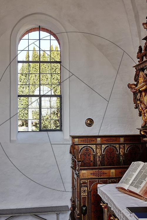 Stenløse Kirke efter restaurering, Nebel & Olesen Arkitekter, nyt gulv i kor, ny alterring, kirkevindue, bibelen, alter