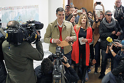 20.12.2015, Centro Cultural Volturno, Somosaguas, ESP, Parlamentswahlen in Spanien, im Bild Pedro Sanchez // Leader of Spain's Socialist Party (PSOE) and candidate for general elections Pedro Sanchez casts his vote with his wife Begona Gomez at Centro Cultural Volturno in Somosaguas, Spain on 2015/12/20. EXPA Pictures © 2015, PhotoCredit: EXPA/ Alterphotos/ Acero<br /> <br /> *****ATTENTION - OUT of ESP, SUI*****