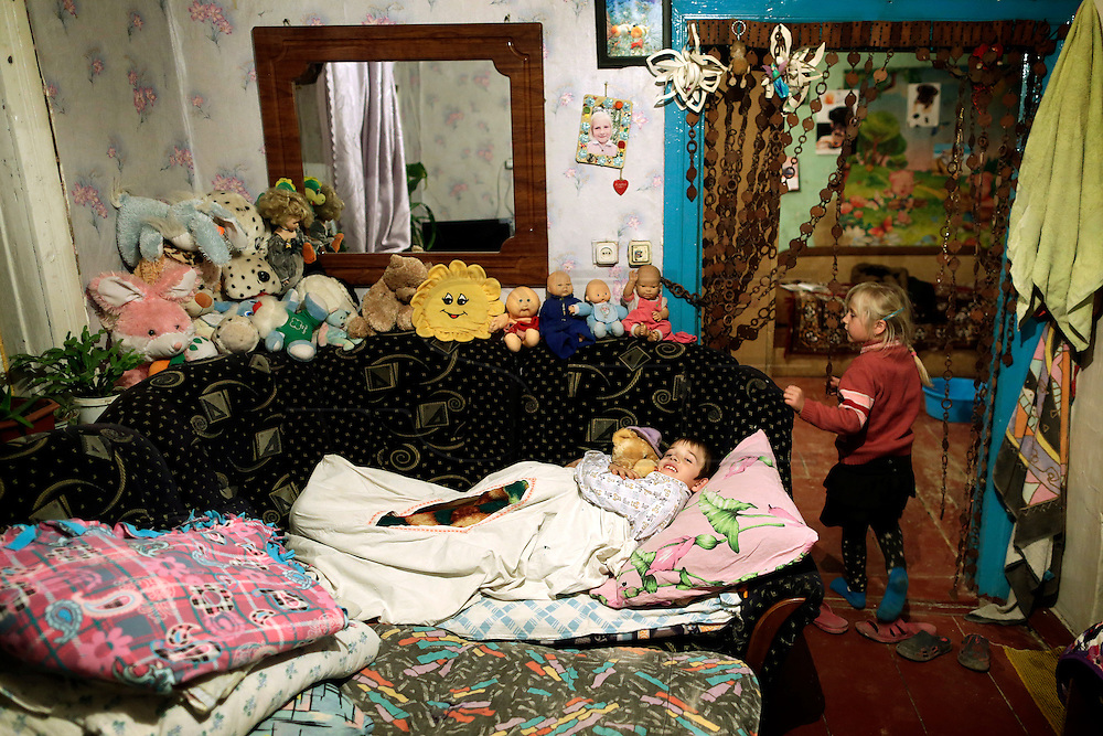 Mark Kosenchuk, 9 and his brother and sister sleep in a couch in one of the two divisions of their house. They have no father and their mother is unemployed. He will travel to Portugal for the 2nd time and he will stay at Peniche, a Portuguese costal city.
