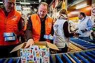 ROTTERDAM - Danny Blind helpt bij Unilever om 1 van de 35.000 kerstpaketten in te pakken voor de voedselbank ROBIN UTRECHT