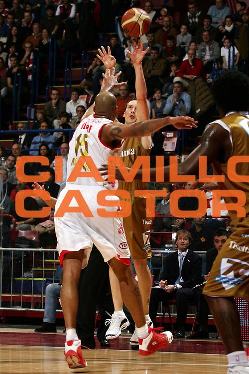 DESCRIZIONE : Milano Lega A1 2006-07 Armani Jeans Milano Tisettanta Cantu<br /> GIOCATORE : Jones<br /> SQUADRA : Tisettanta Cantu<br /> EVENTO : Campionato Lega A1 2006-2007<br /> GARA : Armani Jeans Milano Tisettanta Cantu<br /> DATA : 26/11/2006<br /> CATEGORIA : Tiro<br /> SPORT : Pallacanestro<br /> AUTORE : Agenzia Ciamillo-Castoria/L.Lussoso