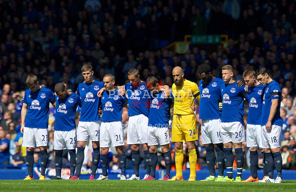 LIVERPOOL, ENGLAND - Sunday, April 26, 2015: Everton players stand to remember former chairman Sir Philip Carter before the Premier League match against Manchester United at Goodison Park. (Pic by David Rawcliffe/Propaganda)