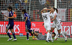 17.07.2011, Commerzbankarena, Frankfurt, GER, FIFA Women Worldcup 2011, Finale,  Japan (JPN) vs. USA (USA),. im Bild:  Torhüterin Ayumi Kaihori (JPN) am Boden , der Ball geht am Tor vorbei , Megan Rapinoe (USA) enttäuscht , Lauren Cheney (USA) tröstet . // during the FIFA Women Worldcup 2011, final, Japan vs USA on 2011/07/11, FIFA Frauen-WM-Stadion Frankfurt, Frankfurt, Germany.   EXPA Pictures © 2011, PhotoCredit: EXPA/ nph/  Karina Hessland       ****** out of GER / CRO  / BEL ******