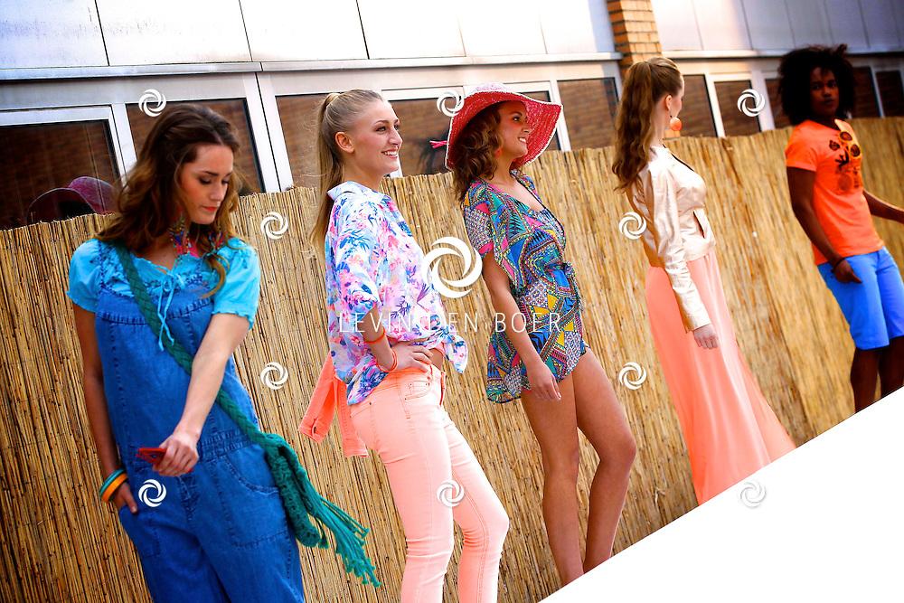 ROTTERDAM - Op de Coolsingel bovenop het dak van de C&A is een 'Fashion Show op grote hoogte' gehouden. Diversen kleding en accessoires kwamen voorbij. FOTO LEVIN DEN BOER - PERSFOTO.NU