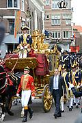 Prinsjesdag 2013 Koningin Maxima groet het publiek vanuit de Gouden Koets op weg naar Paleis Nooreinde<br /> <br /> Budget Day 2013 Queen Maxima greeting the public from the Golden Carriage towards Palace Noor End