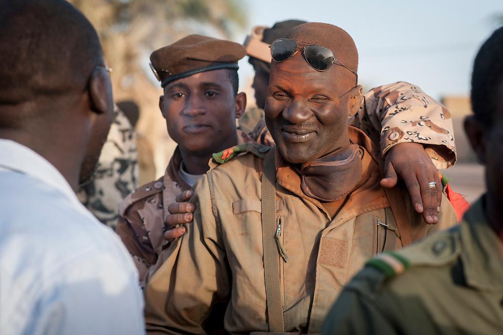 02/02/2013. Tombouctou, Mali. Un convoi de soldats de l'armée malienne en provenance de la région de Sikasso  arrivent à leur base de Tombouctou. ©Sylvain Cherkaoui/ Cosmos pour Le Monde