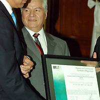 Toluca, Mex.- Eruviel Avila Villegas, presidente de la junta de coordinación política de la VLI legislatura local, José Martínez Vilchis rector de Universidad Autónoma del Estado de México UAEM, atestiguaron la Certificación de Calidad en trece procesos bajo la norma ISO 9001-2000. entregado a Octavio Mena Alarcón, Auditor Superior de la cámara de diputados. Agencia MVT / José Hernández. (DIGITAL)<br /> <br /> <br /> <br /> NO ARCHIVAR - NO ARCHIVE