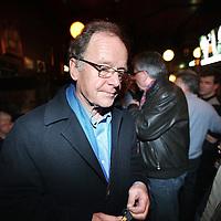 """Nederland, Amsterdam , 3 maart 2010..Een zichtbaar teleurgestelde lijsttrekker Pitt Treumann van de Amsterdamse Partij """"Red Amsterdam"""" verlaat cafe Reijnders op het Leidse Plein.Foto:Jean-Pierre Jans"""