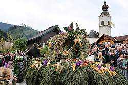 THEMENBILD - Erntedankfest, Bezirkserntedankfest für den Bezirk Liezen, im Bild die Erntekrone und die Pfarrkirche Haus im Ennstal, aufgenommen am 27.09.2015 in Haus im Ennstal, Steiermark, Österreich // a harvest crown and the church of Haus at the harvest festival in Haus im Ennstal, Styria, Austria on 2015/09/27. EXPA Pictures © 2015, PhotoCredit: EXPA/ Martin Huber
