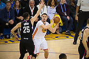 Golden State Warriors guard Klay Thompson (11) looks for an open teammate against the LA Clippers at Oracle Arena in Oakland, Calif., on January 28, 2017. (Stan Olszewski/Special to S.F. Examiner)