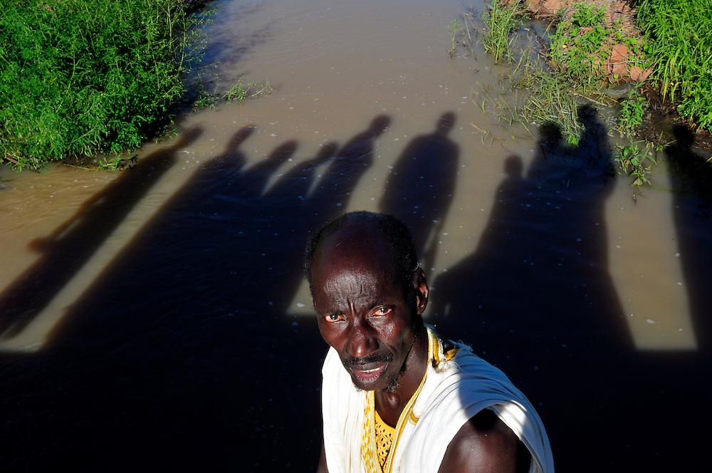 Un homme d'un village Maure sur un barrage construit avec l'appui du GRDR pour améliorer le gestion de ressource d'eau dans cette région du Sahel..Seibath, Mali. 11/09/2010..Photo © J.B. Russell