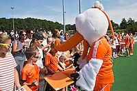 ALMERE - Stockey deelt handtekeningen uit  na de interland tussen de mannen van Nederland en Ierland (3-2) ter voorbereiding van het EK dat eind augustus in Londen wordt gehouden. COPYRIGHT KOEN SUYK