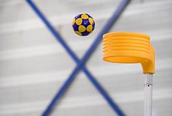 27-01-2018 NED: OVVO/De Kroon - Oost Arnhem, Maarssen<br /> De korfballers/sters uit Arnhem winnen met 24 - 22 / Korf bal bal richting de korf