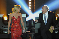 Fussball International  FIFA Ballon d Or   09.01.2012 Saengerin  Shakira (li, Kolumbien) und FIFA Praesident Joseph S. Blatter (Schweiz) kommen auf die Buehne