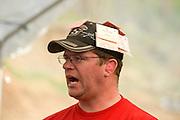 Die Maschinengewehr und Waffen Show in Knob Creek, Luisville, Kentucky, USA, ist die groesste seiner Art in Nordamerika. An drei Schiessstaenden werden Waffen aller Art abgefeuert, vor allem Schnellfeuergewehre. Auch Kinder duerfen hier das Schiessen mit dem Maschinengewehr ueben. Im Angebot ist auch ein Jungle Walk, auf welchem je ein Teilnehmer mit einer Uzi auf im Wald versteckte Metallscheiben schiesst..Bild: .Waffenscheine fuer die verschiedenen Kategorien werden an die Baseballmuetze gesteckt, zum schnellen Erkennen der zahlreichen Sicherheits und ordnungskraefte..Auf der grossen Schiessanlage werden alte Motorboote, Autos, Kuehlschranke, Computer etc  in Brand geschossen. Fuer die zahlreichen Regierungsgegner werden auch immer wieder gerne ausrangierte Wahlkabinen aufgestellt und mit Begeisterung zerschossen. ..