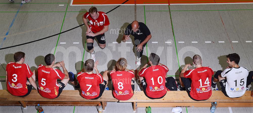 Volleyball 1. Bundesliga  Saison  2012/2013  05.09.2012 TV Rottenburg  - SV Fellbach Teambesprechung; Trainer Hans Peter Mueller-Angstenberger (oben re, TV Rottenburg)