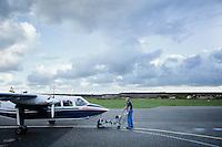 Auf der kürzesten Linienflugverbindug Deutschlands pendeln die kleinmotorigen Propellermaschinen der FLN-Frisia-Luftverkehr zwischen dem Flugplatz Harle bei Carolinensiel und der Insel Wangerooge auf einer Strecke von 8 Kilometern hin- und her. Der Flug dauert 5 Minuten. Mit einem Passagieraufkommen von ca. 60.000 Menschen/Jahr sind die Flüge mest bis zu 60 Prozent ausgelastet. Neben den Passagiern befördern die Inselflieger aber vor allem Expressfracht (Beifracht) wie Tageszeitungen, Medikamente oder frische Blumen auf die Insel. 4 pro Stunde startet ein Flugzeug von Festland. Gerade zur Hauptsison, wenn die Insel mit Touristen übervölkert ist, haben die Piloten viel zu tun. Jeden Morgen startet das Team mit bis zu 4 Flugzeugen, um das dringend benötigte Waren auf die Insel zu fliegen.