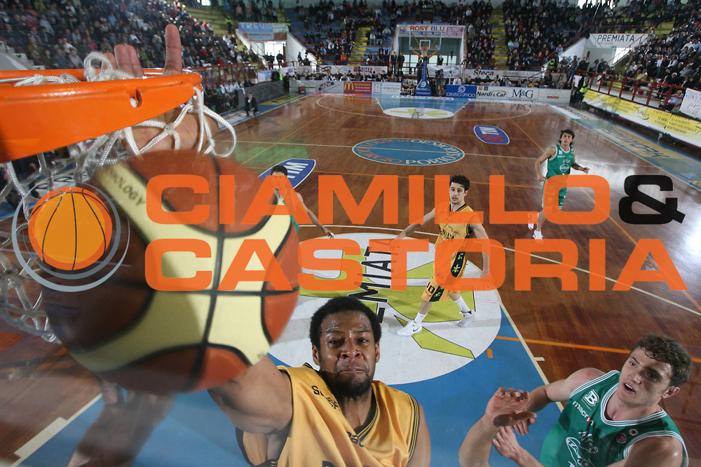 DESCRIZIONE : Porto San Giorgio Lega A1 2007-08 Premiata Montegranaro Benetton Treviso <br /> GIOCATORE : Sharrod Ford <br /> SQUADRA : Premiata Montegranaro <br /> EVENTO : Campionato Lega A1 2007-2008 <br /> GARA : Premiata Montegranaro Benetton Treviso <br /> DATA : 16/03/2008 <br /> CATEGORIA : Special Rimbalzo <br /> SPORT : Pallacanestro <br /> AUTORE : Agenzia Ciamillo-Castoria/G.Ciamillo