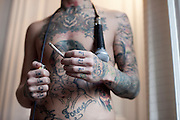 """24 ans - Chanteur dans un groupe de Hard Rock.Fume du cannabis quotidiennement, entre cinq et dix joints, depuis ses 20 ans mais ne fume pas de cigarette..""""Pour nourrir ma creativite""""..Favorable a la depenalisation mais contre la legalisation car """"il faut preserver la jeunesse et en plus ca deviendra super cher""""."""
