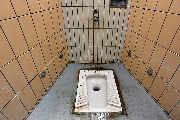 Frankrijk, A29, 13-5-2013Een toilet op een parkeerplaats langs de snelweg,tolweg.Een primitieve wc. Gat in de grond en gehurkt poepen.Soms nog in zuid of oost europa te vinden. Ook in noord afrika, turkije, en verder natuurlijk..Foto: Flip Franssen/Hollandse Hoogte