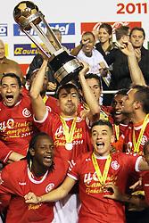 O capitão do S. C. Internacional, Bolivar ergue a taça de campeão Gaúcho 2011. FOTO: Lucas Uebel/ Preview.com