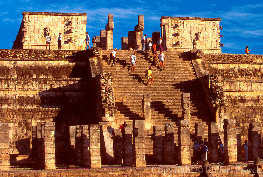 MEXICO, MAYAN, YUCATAN Chichén Itzá; Temple of Warriors