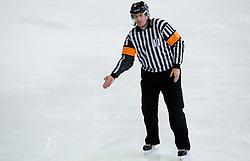 Podaja z roko. Hand pass. Slovenski hokejski sodnik Damir Rakovic predstavlja sodniske znake. Na Bledu, 15. marec 2009. (Photo by Vid Ponikvar / Sportida)