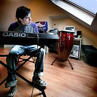 Nederland,Den Bosch ,24 februari 2008..Op zijn zolderkamer, de hangplek van de 17 jarige Jarno Bent staat o.a. zijn electrische piano, waar hij regelmatig op speelt.
