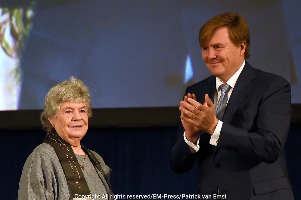 Koning Willem Alexander reikt Erasmusprijs 2016 uit aan  aan Britse schrijfster A.S. (Antonia Susan) Byatt.<br /> <br /> King Willem Alexander awards the  Erasmus Prize 2016 to British writer A.S. (Antonia Susan) Byatt.<br /> <br /> Op de foto / On the photo: <br />   Koning Willem-Alexander reikt in het Koninklijk Paleis Amsterdam de Erasmusprijs 2016 uit aan Britse schrijfster A.S. (Antonia Susan) Byatt.<br /> <br /> King Willem-Alexander presented at the Royal Palace in Amsterdam, the Erasmus Prize in 2016 to British writer A.S. (Antonia Susan) Byatt.