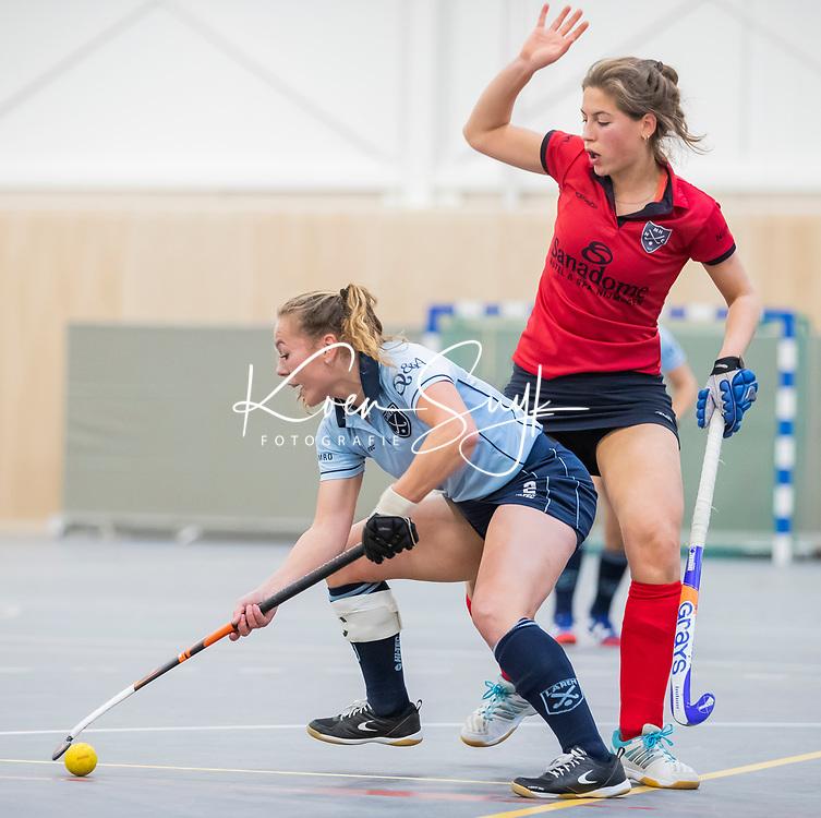 |DELFT -  Mila Muyselaar (Lar)  met  Klaartje Mientjes (Nijm)   tijdens de zaalhockey competitiewedstrijd Laren-Nijmegen. COPYRIGHT KOEN SUYK