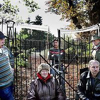 Nederland, Uithoorn , 25 oktober 2012..Bezetting kerkhofje aan Zijderveld 25 in Uithoorn door betrokkenen om ruiming ervan door asbest te voorkomen..Foto:Jean-Pierre Jans