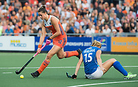 AMSTELVEEN -Lidewij Welten (Ned) passeert Barbora Haklova (Tsj)  tijdens  Nederland-Tsjechie (dames) bij de Rabo EuroHockey Championships 2017.  COPYRIGHT KOEN SUYK
