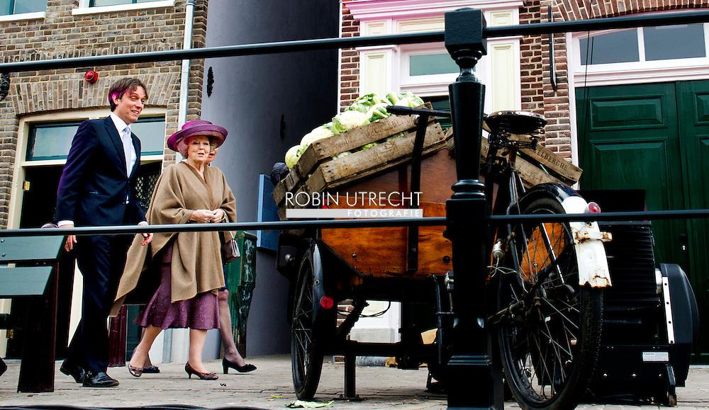 """ARNHEM - Koningin Beatrix, samen met directeur bedrijfsvoering Adelheid Ponsioen en algemeen directeur Pieter Matthijs Gijsberts, tijdens de opening van de """"Amsterdamse Westerstraat"""" in Openluchtmuseum in Arnhem. Met deze aanwinst viert het museum het honderdjarig bestaan."""