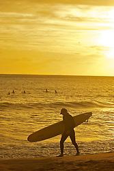 Surfista ao por-do-sol em Punta del Este. Cidade do Uruguai, localizada no departamento de Maldonado. Está entre os dez balneários de luxo mais famosos do mundo e é um dos mais charmosos da América Latina, oferecendo tanto praias oceânicas (oceano Atlântico) quanto de rio (Rio da Prata). A cidade foi fundada em 1829 por Don Francisco Aguilar, e seu primeiro nome foi Villa Ituzaingó. Em 1907, passou a se chamar Punta del Este. Nas temporadas de verão o balneário salta para 400 mil habitantes. FOTO: Jefferson Bernardes/Preview.com