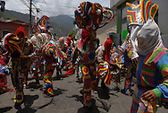 Recorrido de los diablos danzantes de Naiguatá por las calles del pueblo. Esta manifestación venezolana se celebra durante el Corpus Christi y simboliza el triunfo del bien sobre el mal,  en las figuras del Santísimo Sacramento y el Diablo.  Tour of the devils dancers of Naiguatá in the streets of town. This Venezuelan manifestation is celebrated during the Corpus Christi and symbolizes the victory of good on evil. (Ramón Lepage/ Orinoquiaphoto)
